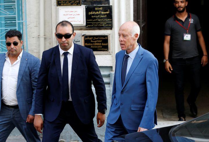 Kaïs Saïed, entouré de gardes du corps, près de son QG électoral à Tunis le 11 octobre 2019, à deux jours du 2e tour de l'élection présidentielle (REUTERS - ZOUBEIR SOUISSI / X02856)