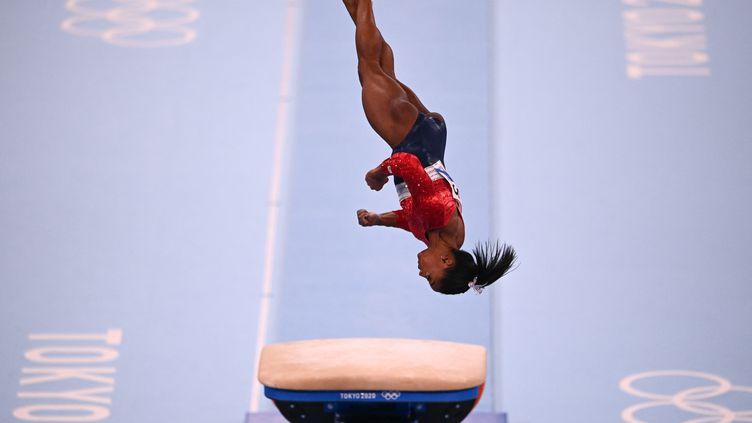 La gymnaste américaine Simone Biles lors de l'épreuve du saut du concours général par équipes des Jeux olympiques de Tokyo, au Japon, le 27 juillet 2021. (MARTIN BUREAU / AFP)