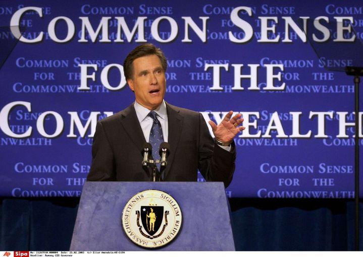 """""""Du bon sens pour une richesse commune"""". Mitt Romney, alors gouverneur du Massachussetts, donne un discours à Boston, le 25 février 2003. (ELISE AMENDOLA / AP / SIPA)"""