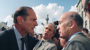 """Jacques Chirac, alors maire de Paris, et l'ancien président de la République Valéry Giscard d'Estaing s'entretiennent lors d'une journée """"Dimanche des Terres de France"""" qui réunit quelque 200 000 fermiers place de la Bastille à Paris, le 29 septembre 1991. (FREDERIC HUGON / AFP)"""