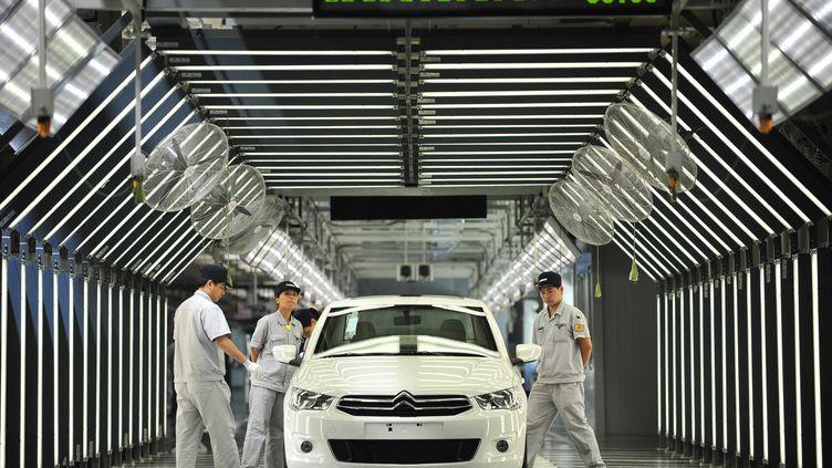 Des ouvriers de Dongfeng dans la troisième usine du groupe chinois, le 2 juillet 2013 à Wuhan (Chine). (AFP)