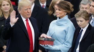 Le président américain Donald Trump prête serment lors de sa cérémonie d'investiture à Washington (Etats-Unis), le 20 janvier 2017. (CHIP SOMODEVILLA / GETTY IMAGES NORTH AMERICA / AFP)