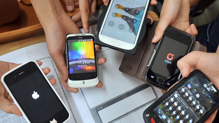 Les smartphones ont représenté 51,8% des ventes d'appareils de téléphonie mobile au deuxième trimestre 2013. (JUNG YEON-JE / AFP)