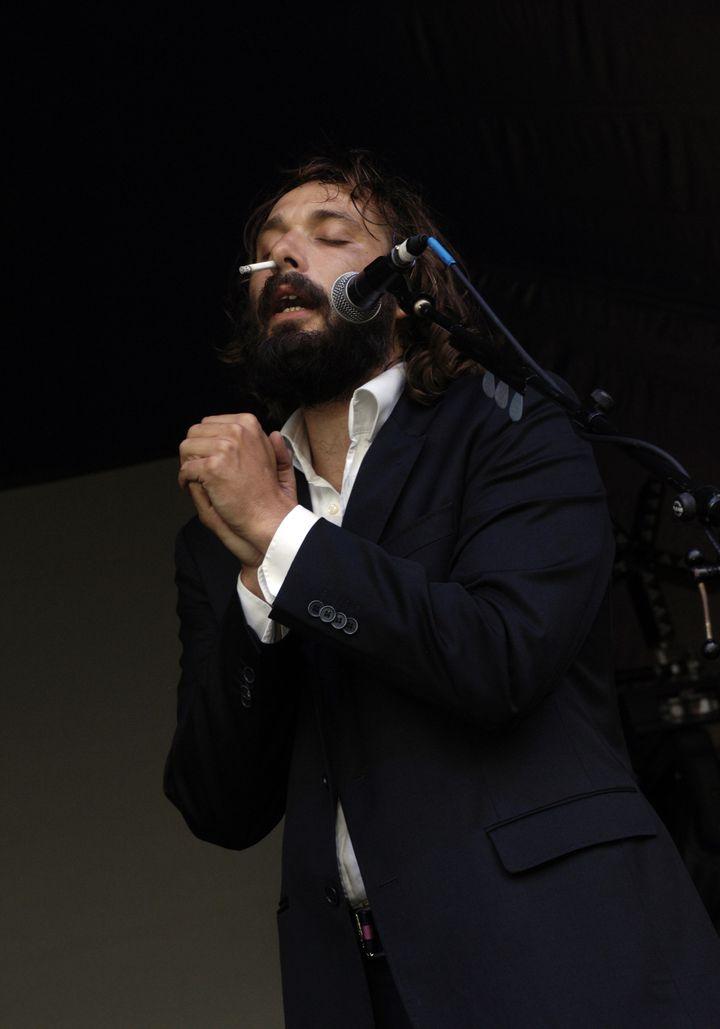 Sébastien Tellier sur scène, une cigarette dans la narine, lors du Big Chill Festival en 2006 (PYMCA / UNIVERSAL IMAGES GROUP EDITORIAL)