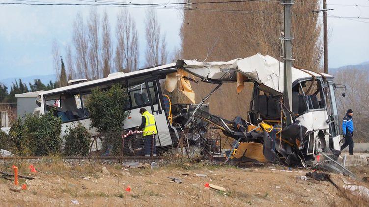 Le bus scolaire accidenté après une collision avec un TER, le 15 décembre 2017, au lendemain du drame, à Millas près de Perpignan (Pyrénées-Orientales). (RAYMOND ROIG / AFP)