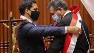 Manuel Merino (à droite) devient président de la République, mardi 10 novembre 2020 à Lima (Pérou). (ANDINA / AFP)