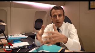 """Emmanuel Macron à bord de l'avion présidentiel, pour l'émission """"13h15 le dimanche"""" de France 2. (""""13H15"""" / FRANCE 2)"""