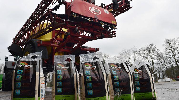 Des sacs de glyphosate utilisés en agriculture. (JEAN-FRANCOIS MONIER / AFP)