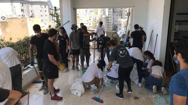 De jeunes joueurs de rugby qui donnent un coup de main pour nettoyer dans les quartiers Mar Mikhael et Gemmayzeh à Beyrouth, jeudi 6 août. (TARA EL KHAZEN)