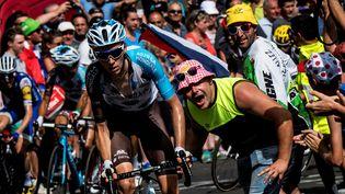 Le Français Romain Bardet acclamé, pendant la quinzième étape du Tour de France,le 16 juillet 2017, entre Laissac-Severac l'Eglise et Le Puy-en-Velay.   (JEFF PACHOUD / AFP)