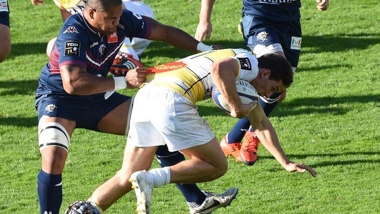 Gabreil Lacroix (Stade Rochelais) pris par Peter Saili (Bordeaux-Bègles) (MEHDI FEDOUACH / AFP)