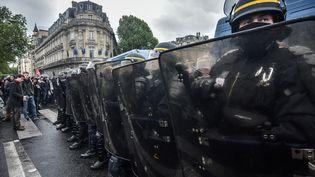 Des forces de l'ordre dans une rue de Nantes (Loire-Atlantique) lors d'une manifestation contre la loi Travail, le 10 mai 2016. (JULIEN MATTIA / NURPHOTO / AFP)
