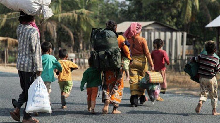 Des Cambodgiens fuient la zone du temple de Preah Vihear (archives) (AFP)