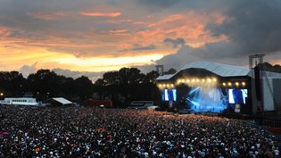 La scène principale du festival des Vieilles Charrues, à Carhaix (Finistère), pendant un concert des Arctic Monkeys, le 19 juillet 2014. (FRED TANNEAU / AFP)