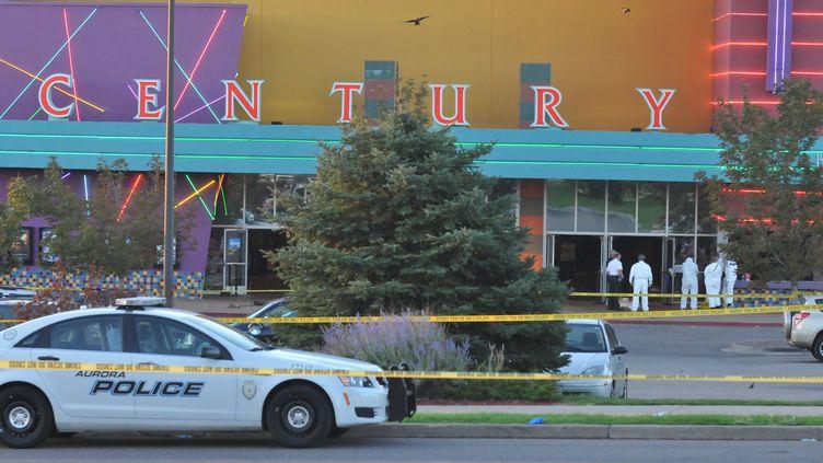 Les enquêteurs travaillent devant le cinéma d'Aurora, dans le Colorado (Etats-Unis), où un tireur a tué 12 personnes, le 20 juillet 2012. (THOMAS COOPER / GETTY IMAGES NORTH AMERICA)