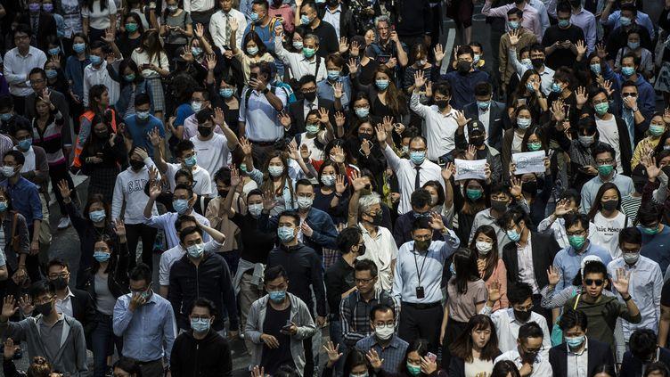 Les employés ont à nouveau rejoint les manifestants hongkongais durant leur pause déjeuner vendredi 15 novembre. (ISAAC LAWRENCE / AFP)