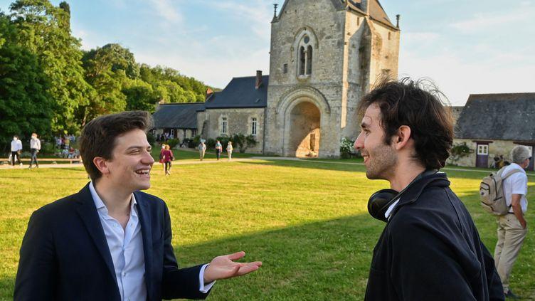 Festival de la Grange de Meslay : Sélim Mazari et Alexandre Kantorow, et au fond l'entrée du domaine. (G?RARD PROUST / PHOTO GERARD PROUST)