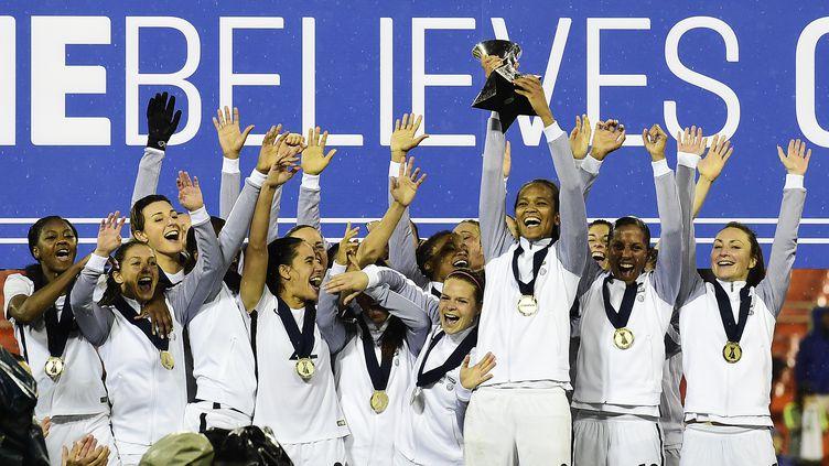 La France soulève le trophée de la SheBelieves Cup aux Etats-Unis (PATRICK MCDERMOTT / GETTY IMAGES NORTH AMERICA)