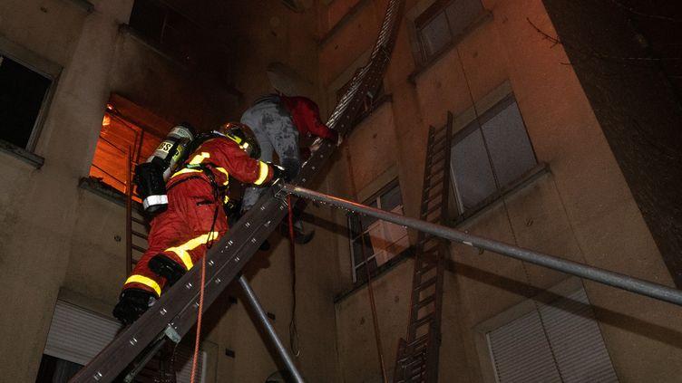 Des pompiers interviennent lors d'un incendie à Paris, mardi 5 février 2019. (BENOÎT MOSER / BSPP)