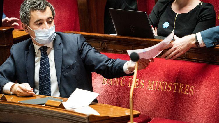 """Le ministre de l'Intérieur, Gérald Darmanin, lors de l'examen de la proposition de loi sur la """"sécurité globale"""", le 18 novembre 2020. (XOSE BOUZAS / HANS LUCAS / AFP)"""