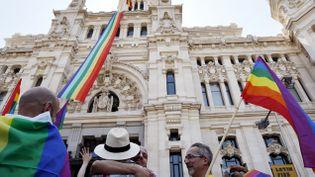 (Le drapeau gay flotte que l'hôtel de ville de Madrid en guise de soutien à la cause LGBT, dix ans après la légalisation du mariage homosexuel © Susana Vera/Reuters)