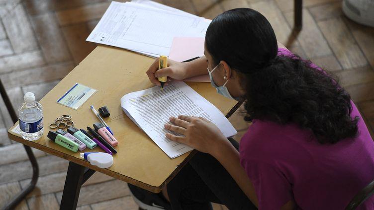 Une élève de première passe l'épreuve écrite du bac de français 2021, au lycée Pasteur de Strasbourg. (FREDERICK FLORIN / AFP)