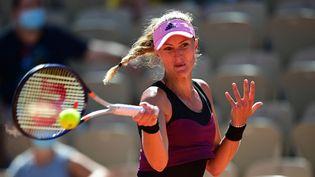 Kristina Mladenovic lors du deuxième tour de Roland-Garros 2021. (MARTIN BUREAU / AFP)