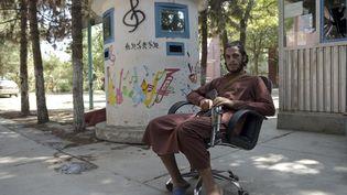 Un soldat taliban dans la cour de l'Institut national de musique d'Afghanistan (14 septembre 2021) (WAKIL KOHSAR / AFP)