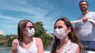 À Metz (Moselle), la mobilisation se poursuit pour remercier et soutenir les personnels soignants. Tout au long de l'été, une société de nautique a décidé de leur offrir des balades en bateau sur la Moselle. (France 3)