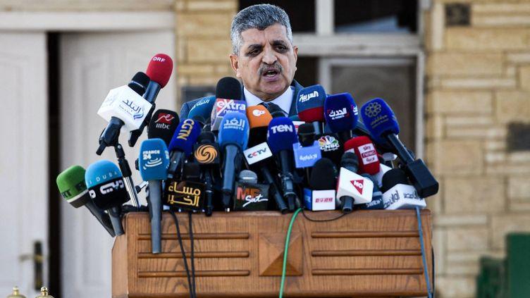 Osama Rabie,chef de l'Autorité égyptienne du canal de Suez, lors d'une conférence de presse le 27 mars 2021 à Suez, en Egypte. (AHMED HASAN / AFP)