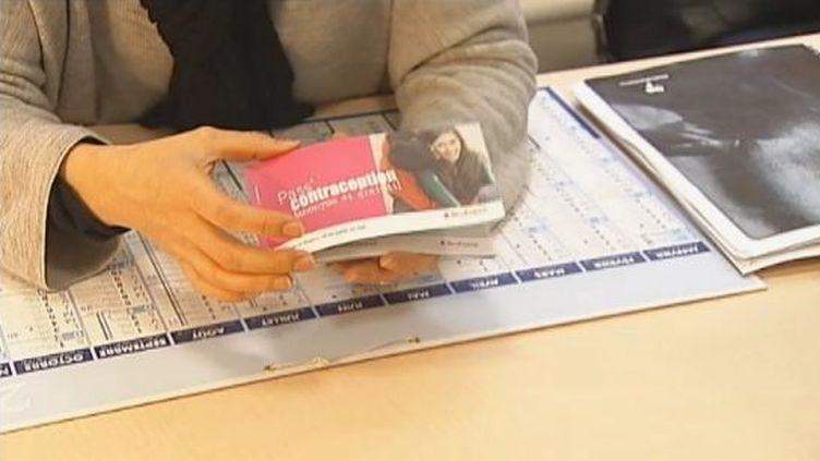 Une infirmière scolaire présente le Pass contraception, à Paris, en février 2012. (FTVI / FRANCE 2)