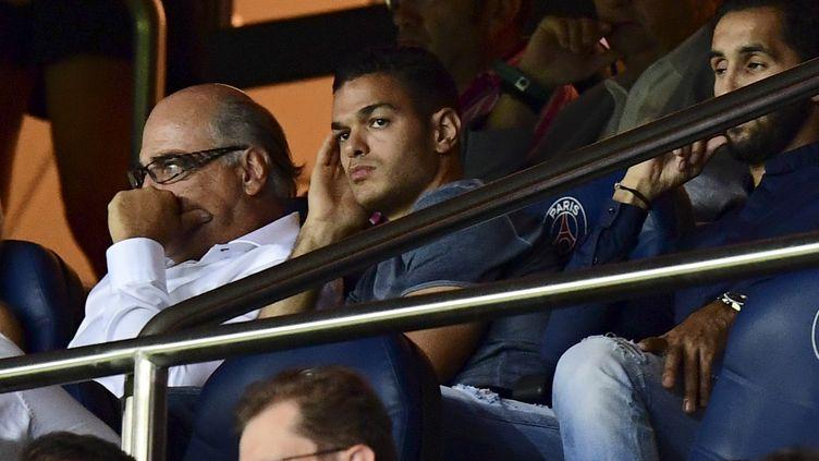 Hatem Ben Arfa assis en tribunes lors de la rencontre PSG-Arsenal