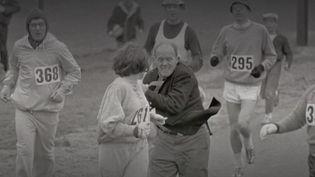 L'Américaine Kathrine Switzer a participé au marathon de Boston en 1967, alors que les femmes n'avaient pas le droit de courir. Portrait d'une figure importante de l'histoire du sport. (FRANCE 2)