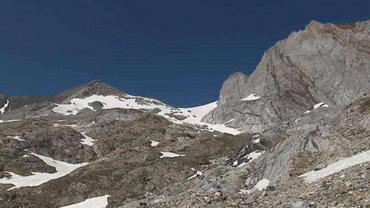 Le glacier d'Ossoue, dans les Hautes-Pyrénées, a déjà perdu les deux tiers de sa surface. Il pourrait totalement disparaître vers 2050. (FRANCE 3)