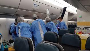 12 malades du Covid-19 sont évacués de la Guadeloupe vers la métropole à bord d'un Airbus A350. (SOLENNE LE HEN / FRANCEINFO)