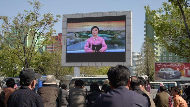Des Nord-Coréens de Pyongyang regardent la télévision d'Etat le 21 avril 2018. (KIM WON-JIN / AFP)