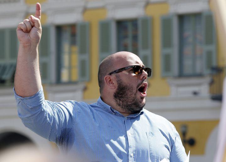 Philippe Vardon, alors dirigeant du mouvement Nissa Rebela, le 2 août 2014 à Nice (Alpes-Maritimes), lors d'un discours contre une manifestation pro-palestinienne. (VALERY HACHE / AFP)