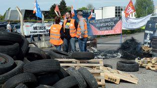 Des salariés en grève del'usine de sèche-lingesWhirlpool d'Amiens (Somme) bloquent l'entrée, le 24 avril 2017 (FRANCOIS LO PRESTI / AFP)