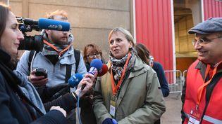 """Fabienne Buccio, préfète du Pas-de-Calais, répond à la presse dans la """"jungle"""" de Calais, le 24 octobre 2016. (DENIS CHARLET / AFP)"""