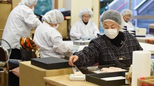 Des travailleurs seniors à Tokyo au Japon, le 18 décembre 2015. (TORU YAMANAKA / AFP)