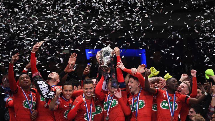 Les joueurs de Rennes célèbrent leur victoire en Coupe de France le 27 avril 2019. (ANNE-CHRISTINE POUJOULAT / AFP)