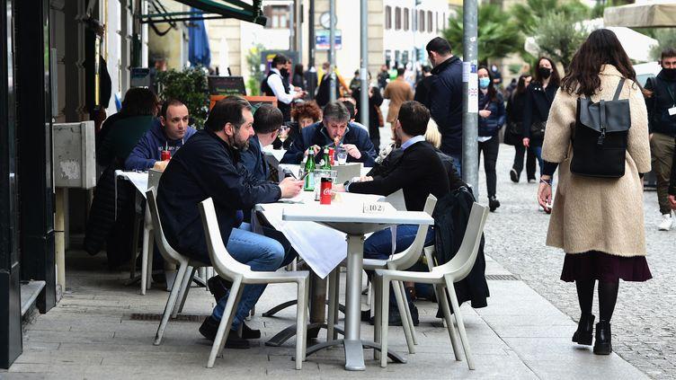 Des personnes déjeunent en terrasse à Milan, le 26 avril 2021, alors que certaines restrictions contre le Covid-19 ont été levées en Italie. (PIER MARCO TACCA / AFP)
