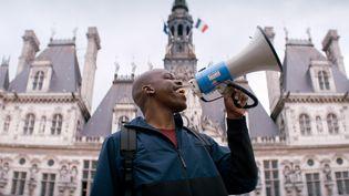 """L'acteur-réalisateur-scénariste Jean-Pascal Zadi sur le tournage de """"Tout simplement noir"""" à Paris, en 2019. (GAUMONT - C8 FILMS / JOHN WAX)"""