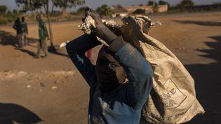 Un enfant transporte un sac de cobalt à Musompo, dans le sud de la République démocratique du Congo, en juin 2016. (MICHAEL ROBINSON CHAVEZ / THE WASHINGTON POST / GETTY IMAGES)