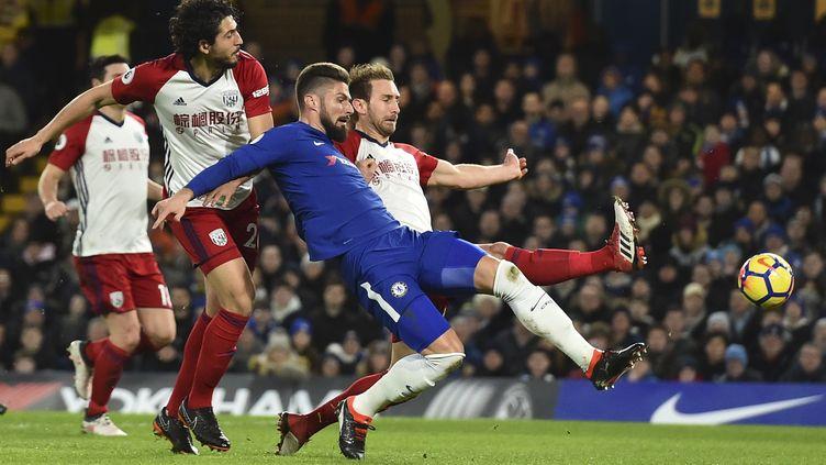 Olivier Giroud (Chelsea) s'arrache pour prendre le ballon (GLYN KIRK / AFP)