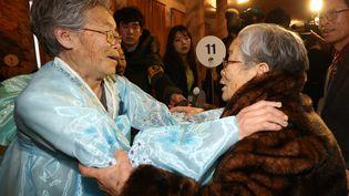 Une Sud-Coréenne (à droite) embrasse sa sœur, une Nord-Coréenne, lors de retrouvailles en Corée du Nord, le20 février 2014. (YONHAP / AFP)