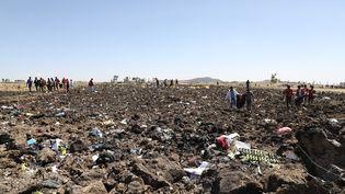 Des secouristes se trouvent parmi les débris du crash d'un avion d'Ethiopian Airlines, le 10 mars 2019 àBishoftu (Ethiopie). (MICHAEL TEWELDE / AFP)