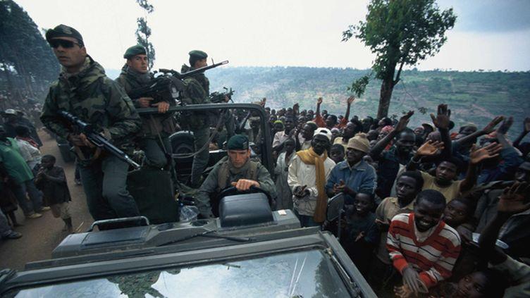 """(Militaires francais participant a la protection d'un convoi humanitaire au Rwanda dans le cadre de l'operation """"Turquoise"""" en 1994. © Nicolas José /SIPA)"""