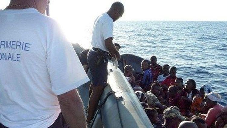 Des Comoriens qui tentent d'entrer clandestinement à Mayotte sont interceptés par des officiers de la gendarmerie française, le 6 mai 2009. ( AFP PHOTO / GENDARMERIE NATIONALE AFP PHOTO / GENDARMERIE NATIONALE)