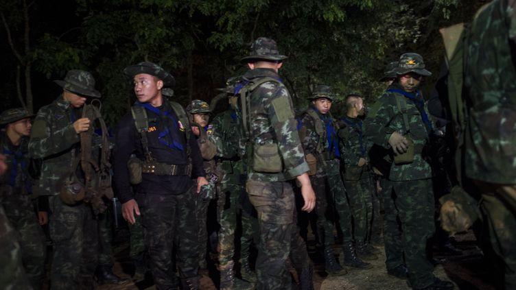 Des soldats thaïlandais lors d'opérations de sauvetage près de la grotte de Tham Luang (Thaïlande), le 5 juillet 2018. (YE AUNG THU / AFP)